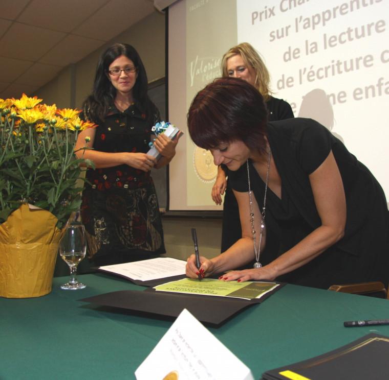 Chaque remise de prix comprenait une séance de signature officielle du certificat par les responsables et partenaires.