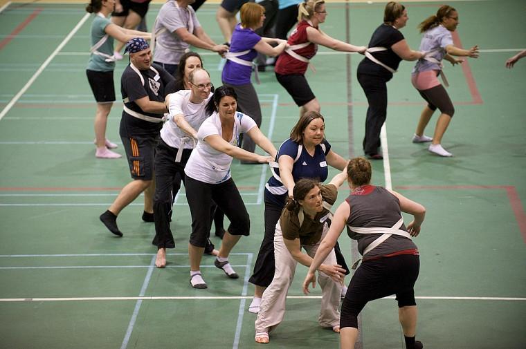 Plusieurs intervenantes et intervenants en activité physique auprès des enfants prennent part aux Journées de perfectionnement en mouvement au Centre sportif de l'UdeS.