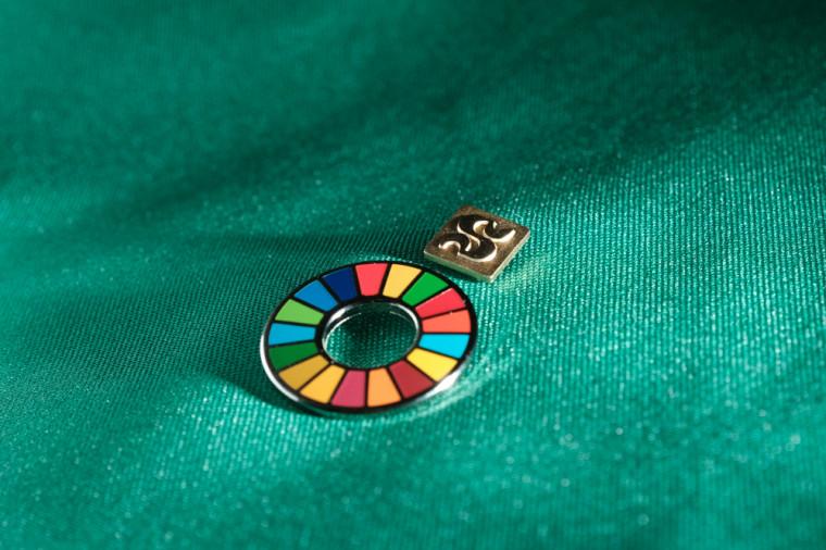 Une épinglette colorée, portée notamment par le directeur national de Santé publique Horacio Arruda et l'Infoman Jean-René Dufort, symbolise les 17 ODD.