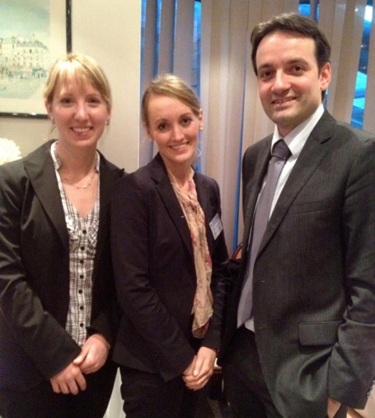 Les deux gagnantes, Sarah-Jane Turcot et Sarah Gaudry Staub, accompagnées du professeur Jean-François Roberge.