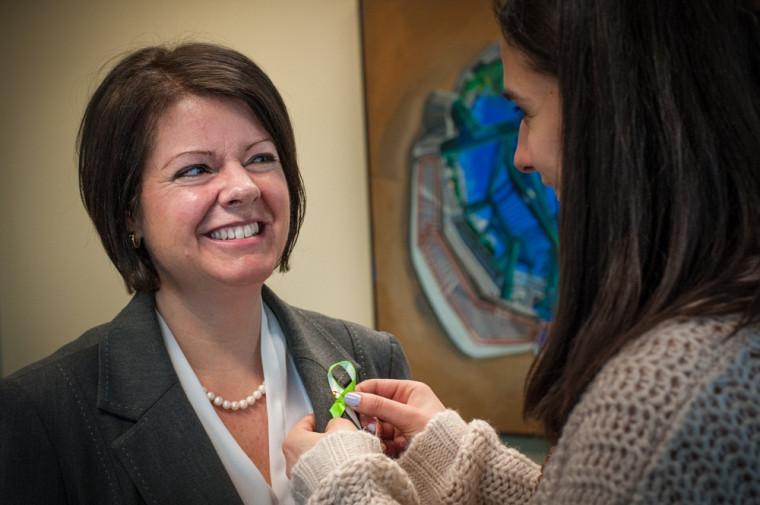 La vice-rectrice Lucie Laflamme invite toute la communauté universitaire à porter fièrement le ruban de la persévérance.