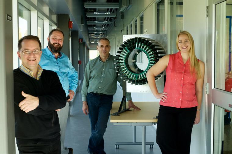 PreAudrey Corbeil Therrien aux côtés du Pr Serge Charlebois, PrJean-François Pratte et PrRéjean Fontaine, qui font partie de l'équipe de recherche ayant oeuvré sur le prototype du LabPET II.
