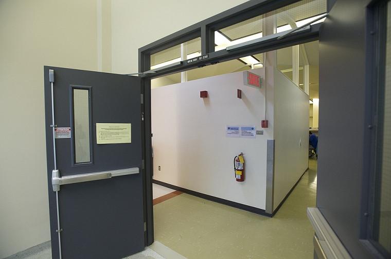 Le réaménagement des espaces permettra de supprimer certaines cloisons qui gênent la circulation, comme on le voit derrière ces portes.