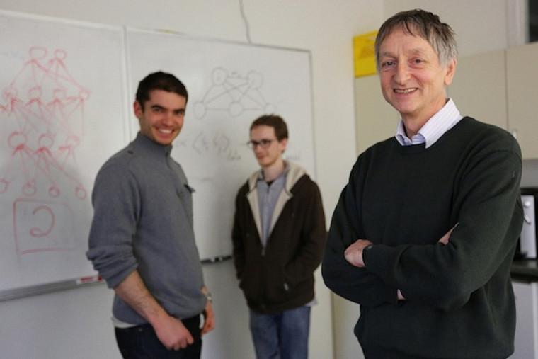 Docteur d'honneur de l'UdeS, Geoffrey Hinton, de l'Université de Toronto (à droite sur cette photo), prononcera une conférence sur ses travaux en intelligence artificielle. Ses découvertes sur les réseaux de neurones profonds ont conduit à des avancées majeures en reconnaissance de la parole et d'objets.