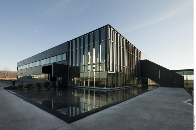 Le C2MI a été conçu par la firme Menkès Shooner Dagenais LeTourneux Architectes en consortium avec Cimaise.