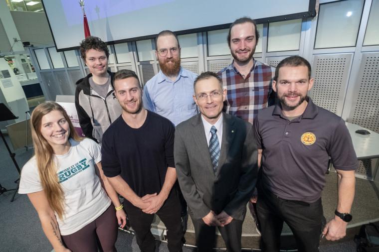 Le professeur Eric Goulet entouré de ses étudiantes et étudiants à la maîtrise et au doctorat et de son assistant de recherche, Martin Lamontage-Lacasse, également réserviste avec les Fusilliers de Sherbrooke.