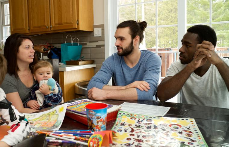 Dans le cadre de l'ASC, les étudiants apprennent à connaître le contexte de la famille et identifient avec elle un besoin pouvant être comblé par l'apport d'un service de la communauté.