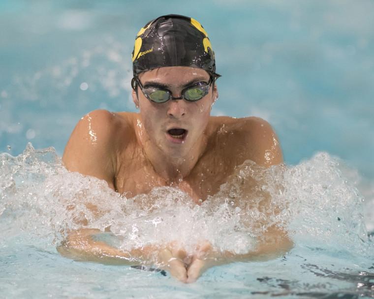 Le triple médaillé d'or du récent Championnat RSÉQ de natation, Jonathan Naisby.