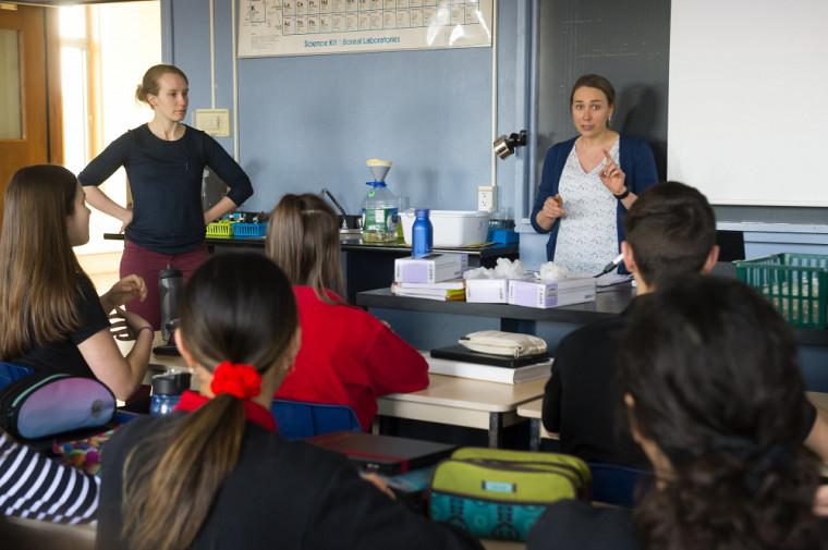 Stéphanie Thériault, ingénieure et conseillère en développement professionnel à l'Université de Sherbrooke, a offert un atelier sur la profession d'ingénieure au Séminaire de Sherbrooke en compagnie deCatherine Véronneau, étudiante au doctorat en robotique et ingénieure chez Exonetik.