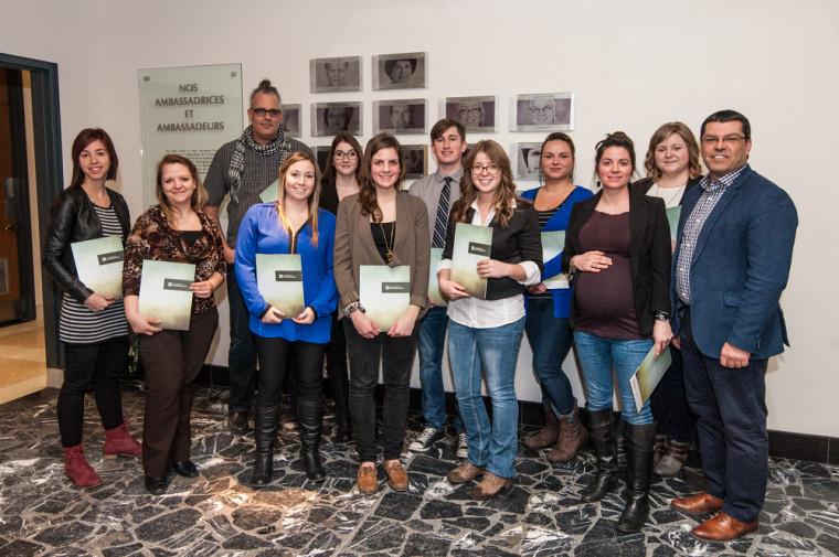 Quelques-unes et quelques-uns des récipiendaires de bourses de 2015 en compagnie du doyen de la Faculté d'éducation, le Pr Serge Striganuk.