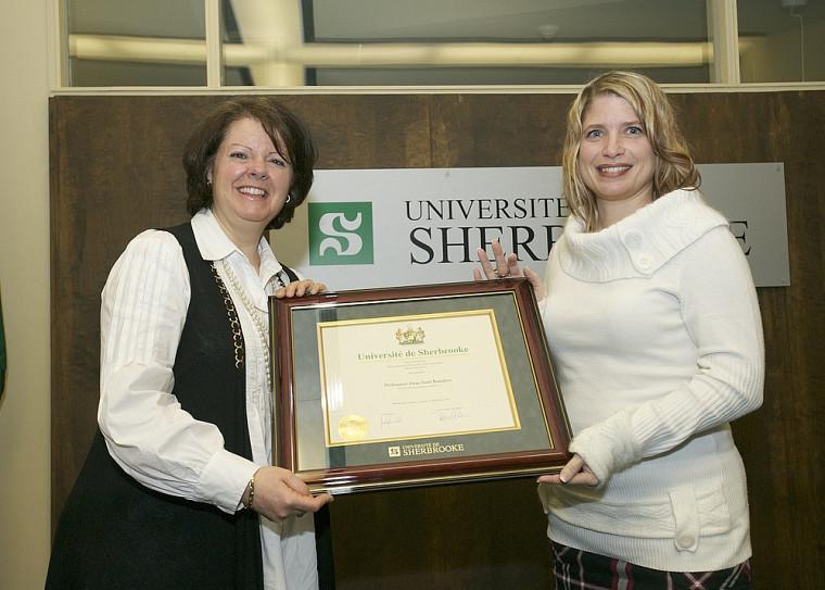 Lucie Laflamme, vice-rectrice aux études, a présenté le prix à Anne-Josée Beaudoin, de la Faculté d'éducation physique et sportive, qui s'est illustrée par la qualité de son enseignement.
