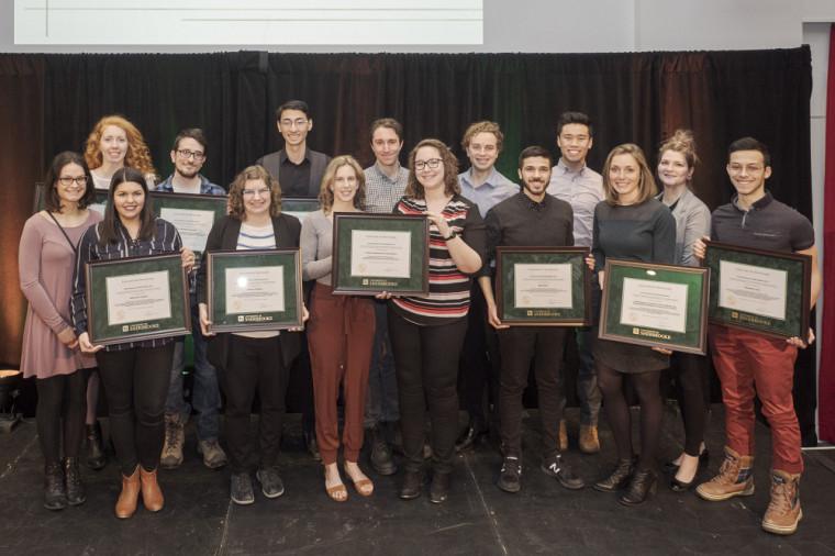 Les lauréats des prix d'honneur du Défi étudiant 2019. On reconnaît Daphné Poulin dans la première rangée, en haut à gauche sur la photo.