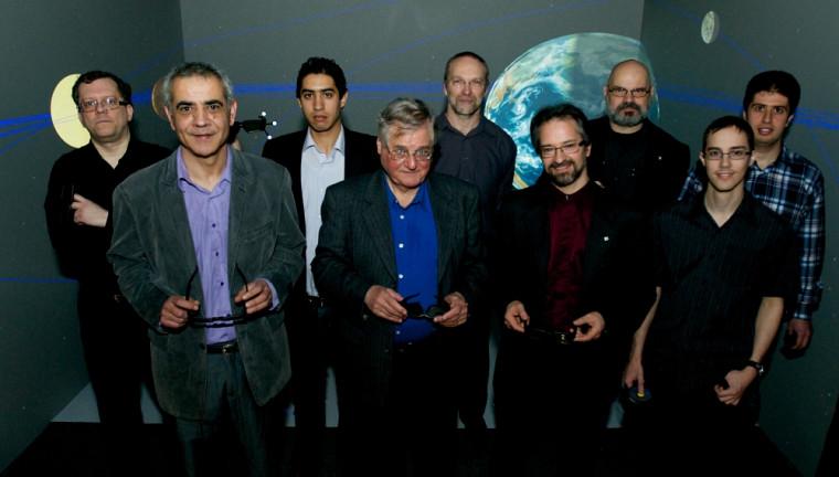 Djemel Ziou et André D. Bandrauk (respectivement 1er et 2e de la rangée avant) ainsi que leur équipe multidisciplinaire ont procédé au lancement du laboratoire de visualisation immersive.
