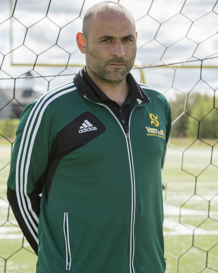 L'entraîneur de l'équipe féminine de soccer Vert & Or, Alfred Picariello.