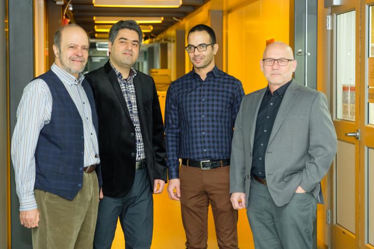 Les collaborateurs, le Pr Eric Frost, Reza Aziziyan, Mohamed Walid Hassen et le Pr Jan Dubowski, ont contribué à l'élaboration du procédé innovant, dans le cadre de la thèse de Reza Aziziyan.