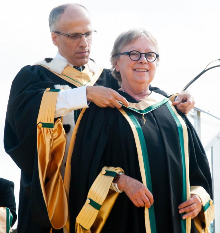 Lucie Lemonde, docteure d'honneur en droit, pionnière de la pratique et de l'enseignement du droit carcéral au Québec et au Canada.