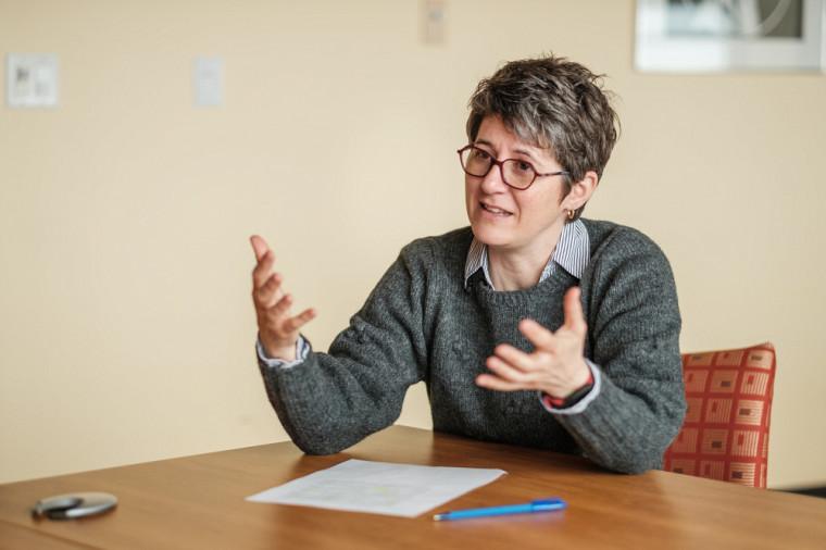 La professeure Isabelle Lacroix incorpore un volet interdisciplinaire à ses recherches en politique depuis déjà quelques années et fait partie de plusieurs équipes de recherchemultidisciplinaire, du génie jusqu'à l'éthique.