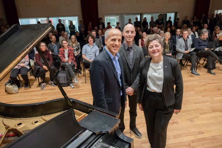 Devant une assistance nombreuse, le directeur de l'École de musique André Cayer a invité le recteur Pierre Cossette et la doyenne de la FLSH Anick Lessard à procéder à l'ouverture officielle du piano à queue.