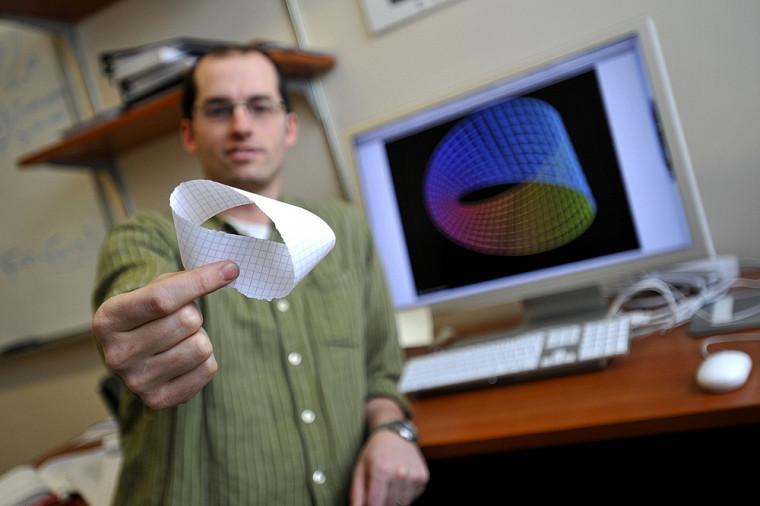 David Poulin explique l'encodage topologique des bits quantiques grâce à une bande de papier à une face, appelée ruban de Moebius.