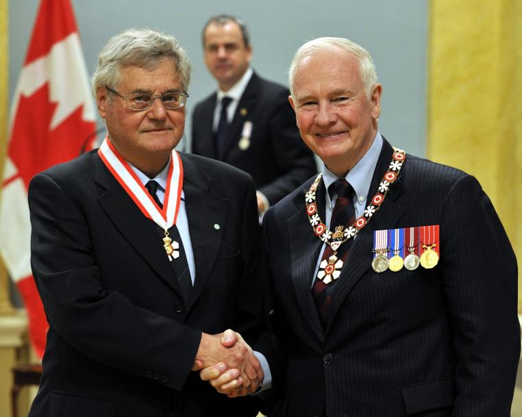 Le professeur André D. Bandrauk reçoit sa distinction des mains du gouverneur général du Canada, David Johnston.