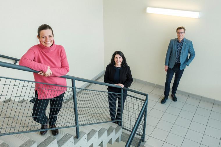 Pre Eve Langelier, titulaire de la Chaire pour les femmes en sciences et génie du Québec, Pre Nathalie Roy, vice-doyenne à l'EDI à la Faculté de génie, et Pr Patrik Doucet, doyen de la Faculté de génie.