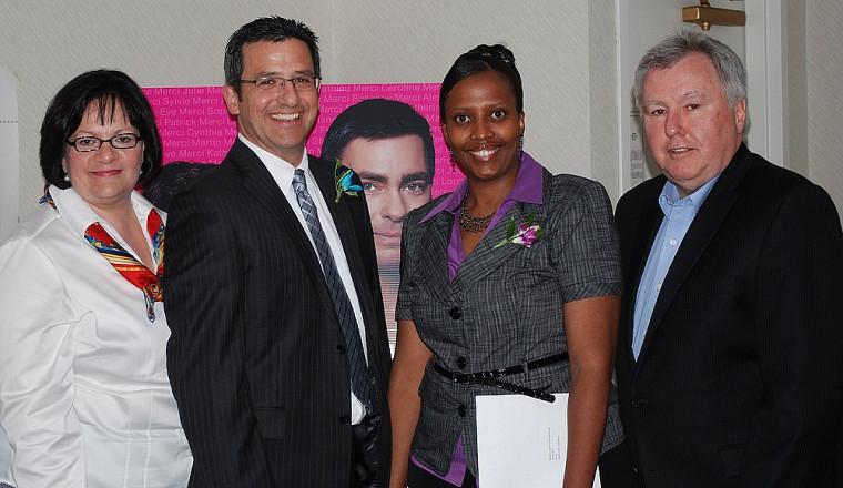 Le président de l'ORIIE, Yvan Parenteau (extrême droite) a remis le prix 2010 Innovation clinique 3M pour sa région aux infirmières et infirmiers Maryse Grégoire, Sylvain Samson et Juliette Nyinawinkindi. Le médecin Patrice Laplante est absent de la photo.