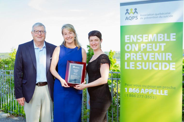 Claude Bissonnette, président de l'AQPS, Julie Lane (au centre) et Solène Tanguay, directrice générale adjointe de l'AQPS