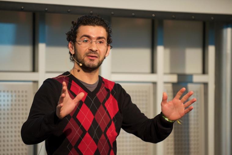 Sofiane Yacine Mersaoui, vainqueur de la finale locale du concours Ma thèse en 180 secondes, en pleine présentation devant jury et public.