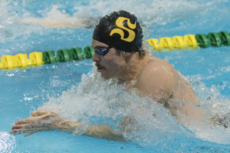 Jonathan Naisby a mérité trois médailles d'or en fin de semaine dernière lors des coupes universitaires de natation no 3 et 4 du RSEQ.