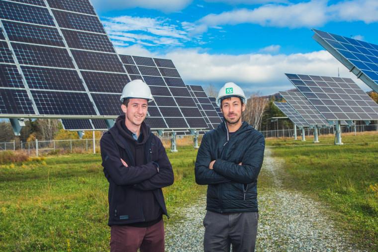 Arnaud Ritou, qui se situe à droite sur la photo, est dans le parc solaire du 3IT.Photo : Université de Sherbrooke