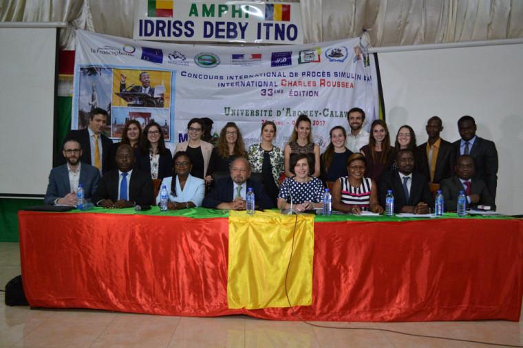 Les membres du jury et les deux équipes finalistes, l'Université de Sherbrooke et l'Université Libre de Bruxelles.