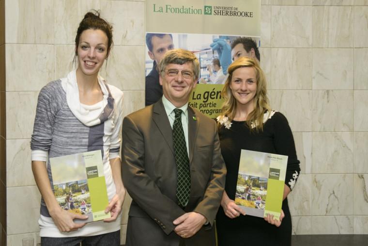 La récipiendaire Kim Bélanger, François Charbonneau, directeur de TD Canada Trust Sherbrooke, et la deuxième récipiendaire, Marie-Pier Blouin.