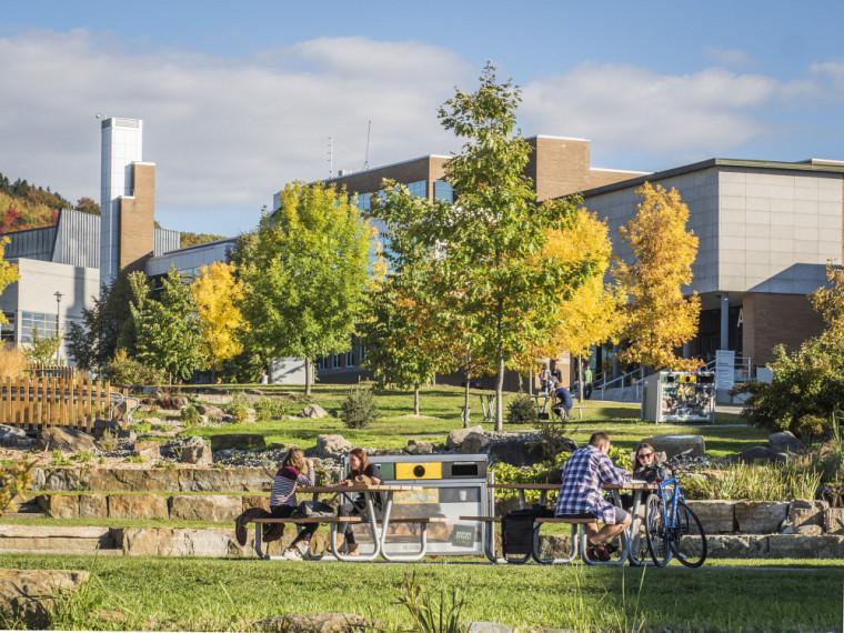 Sur les trois campus de l'UdeS, les espaces verts et conviviaux sont à l'honneur.