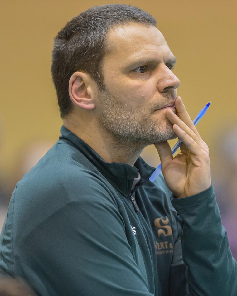 L'entraîneur-chef du Vert & Or Marc Lussier.