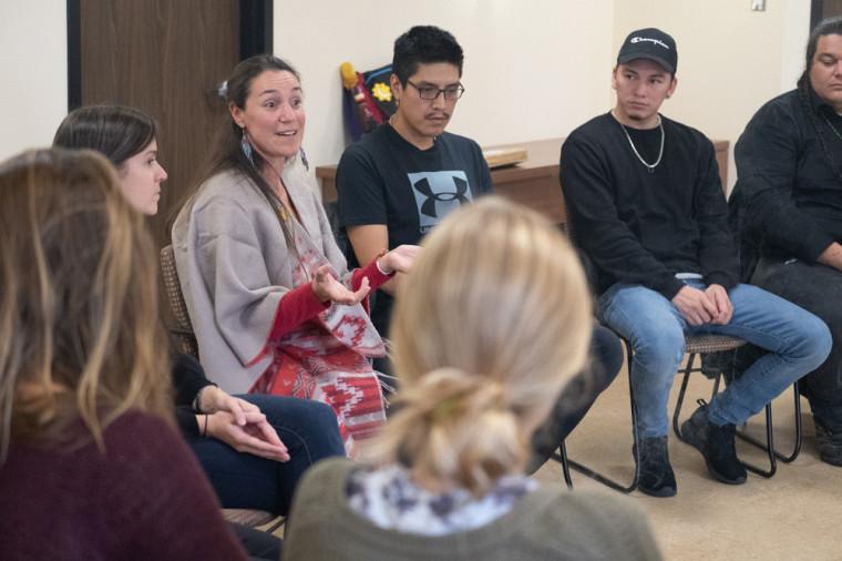 La Faculté de droit organise régulièrement des activités visant à créer des ponts entre Autochtones et allochtones, comme la cérémonie d'accueil des étudiants autochtones, animée en 2018 par Me Pascale O'Bomsawin.