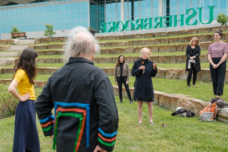 La professeure Christine Hudon, coprésidente du comité institutionnel pour et avec les peuples autochtones, lors d'une activité d'accueil où le sociologuede l'art huron-wendat Guy Sioui Durand était invité.