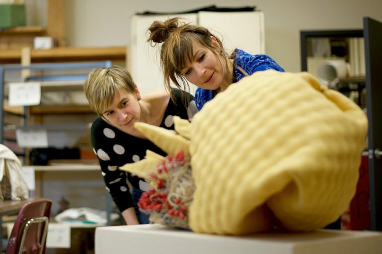 La coordonnatrice Josianne Bolduc et son étudianteMarilyne St-Pierre, en plein travail créatif.