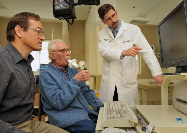 Le Pr Pierre Larivée travaille à cibler les meilleures stratégies thérapeutiques possibles, voire à permettre une rémission de l'asthme et d'autres graves maladies respiratoires.