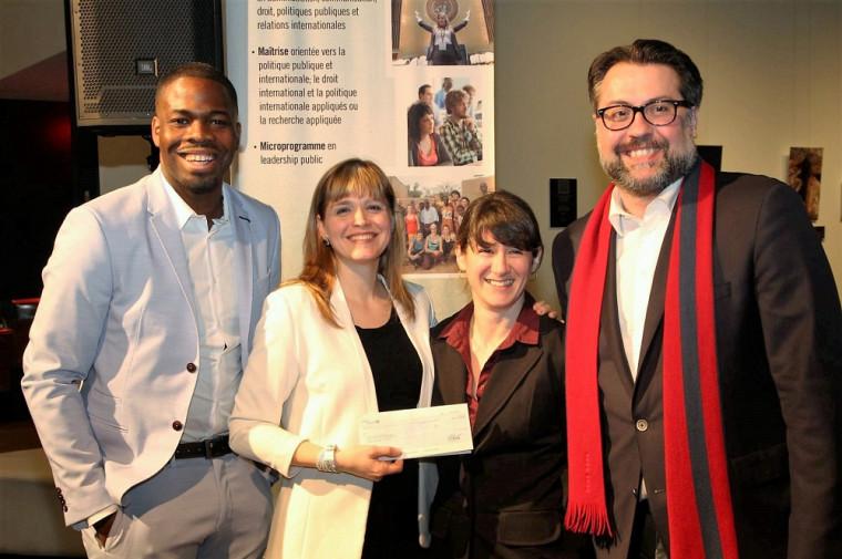 Le ministre du Développement durable, de l'Environnement et de la Lutte contre les changements climatiques David Heurtel a remis un chèque de 2000 $ lors de l'événement Haïti et compagnie, le 7 avril, à la TOHU.Sur la photo, avec le ministre: Paul Evra, étudiant à l'ÉPA; Marie-Ève Chrétien, conseillère pédagogique; et la directrice de l'École de politique appliquée, la professeure Isabelle Lacroix.