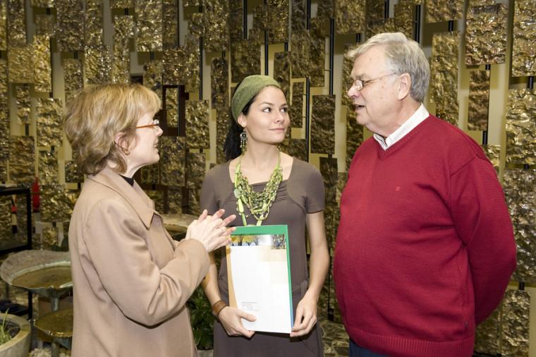 Lors du cocktail, la doyenne Colette Deaudelin était heureuse de discuter avec la récipiendaire Christine Lachance et le donateur Jacques Limoges.
