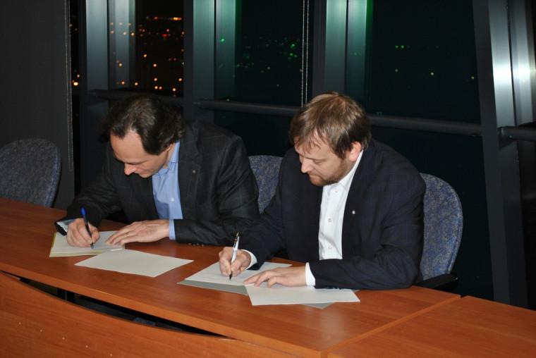 L'entente est signée par le doyen de la Faculté de droit, Sébastien Lebel-Grenier, et le président de l'IMAQ, Thierry Bériault.