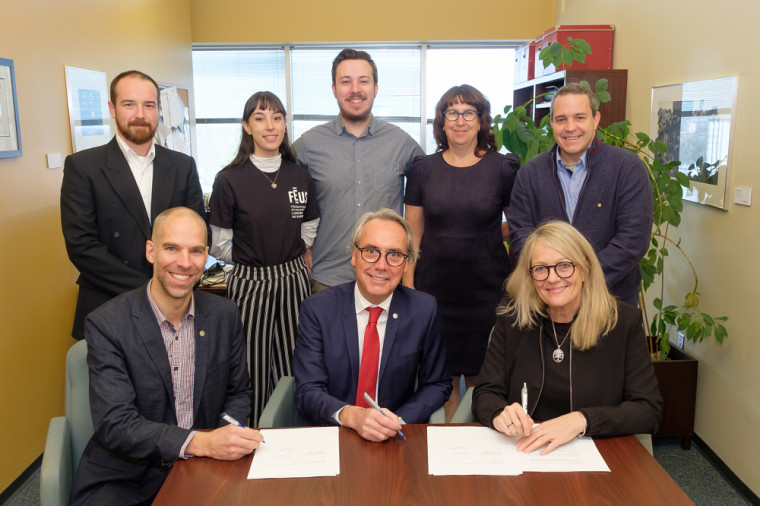 Des représentants de l'UdeS et de la STS ont procédé à la signature de la nouvelle entente.