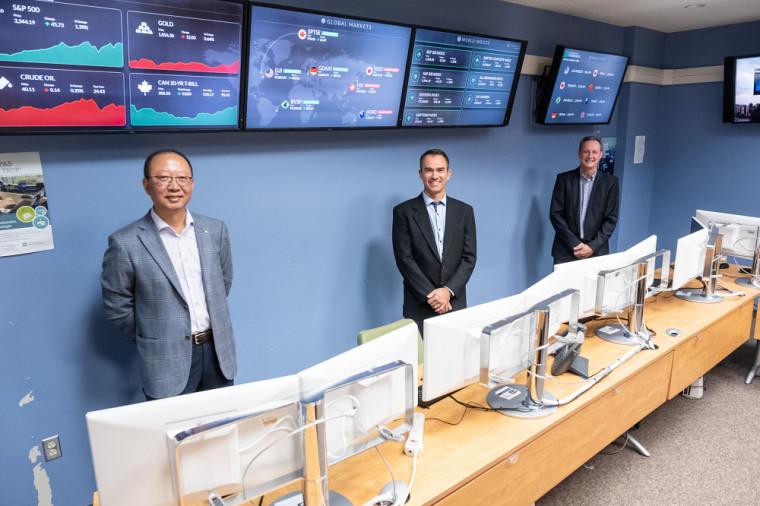 Le Pr Shengrui Wang, du Département d'informatique de la Faculté des sciences de l'UdeS, Jean-Marc Patenaude, président de Laplace Insights, et le Pr Guy Bellemare, du Département de finance de l'École de gestion de l'UdeS.