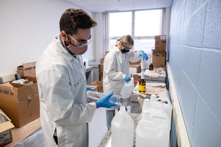 Jason Town, étudiant à la maîtrise en chimie, etJosée Maurais, étudiante au doctorat en chimie, préparent du Sherbrell.