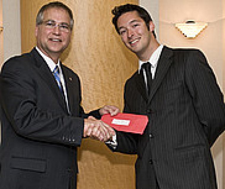 Gary Goodyear, ministre d'État aux Sciences et à la Technologie, et Pierre-Philippe Lapointe-Garant