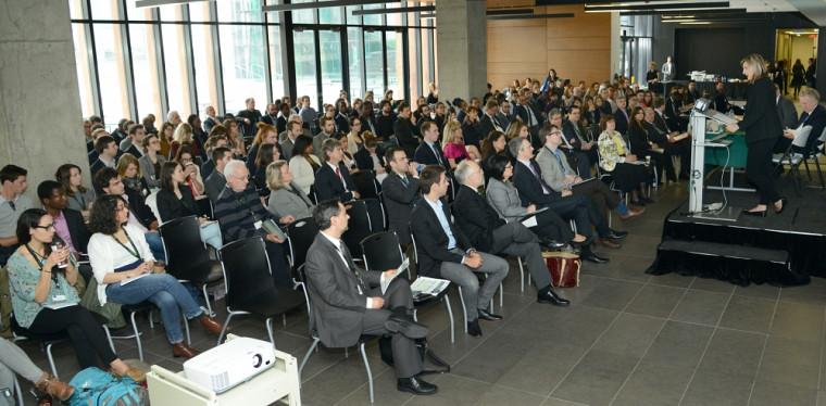 La professeure Geneviève Dufour prononçant le mot de bienvenue du colloque du 3mai au Campus de Longueuil.