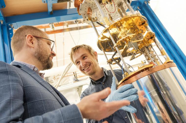 Julien Camirand Lemyre (à droite) et son directeur de recherche, Michel Pioro-Ladrière (à gauche), de l'Institut quantique. (Photo prise avant la mise en place des mesures de distanciation.)