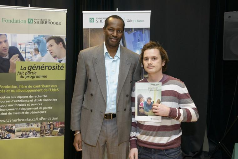 Le récipiendaire de la bourse ESRI Canada, Nataniel Therrien, accompagné de Kalifa Goïta, directeur du Département de géomatique appliquée.