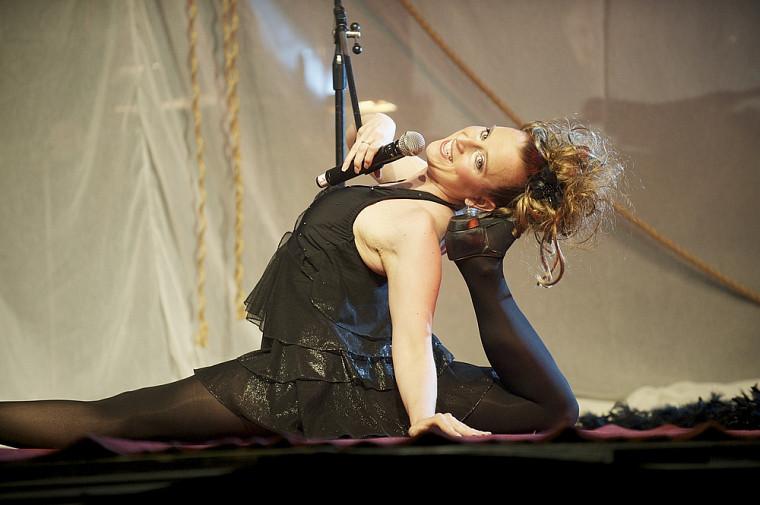 La chanteuse et contorsionniste native de Sherbrooke Mercedes Chénard a su faire rire et éblouir les quelque 450 personnes présentes.