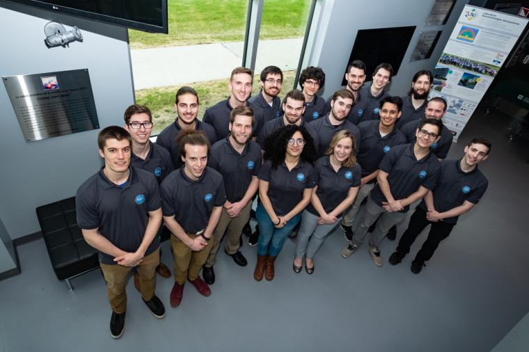 L'équipe QMSat, composée de futures ingénieures et futurs ingénieurs inscrits au baccalauréat en génie ainsi que d'étudiants d'autres facultés de l'Université de Sherbrooke.